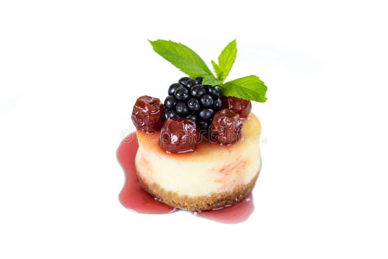 Mini pastel de queso con la cereza imagen de archivo libre de regalías