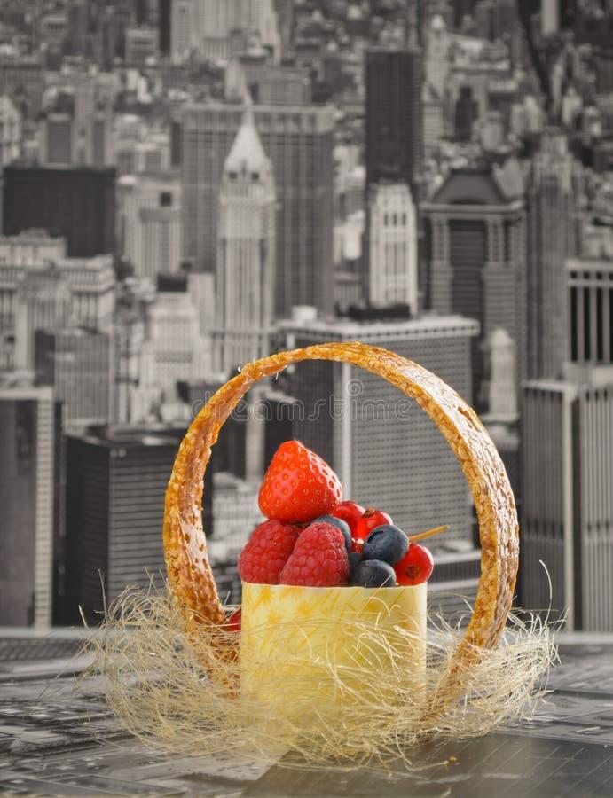 Mini pastel de queso Nueva York con el chocolate blanco y las bayas frescas foto de archivo
