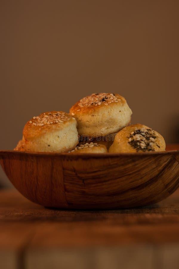 Mini Pastries con sésamo y orégano imagenes de archivo
