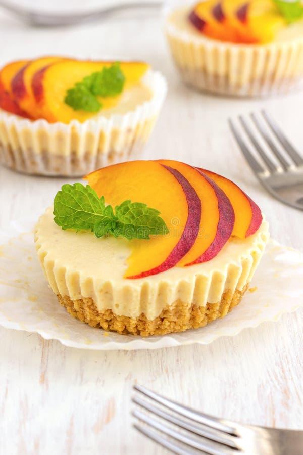 Mini Peach Cheesecake imágenes de archivo libres de regalías