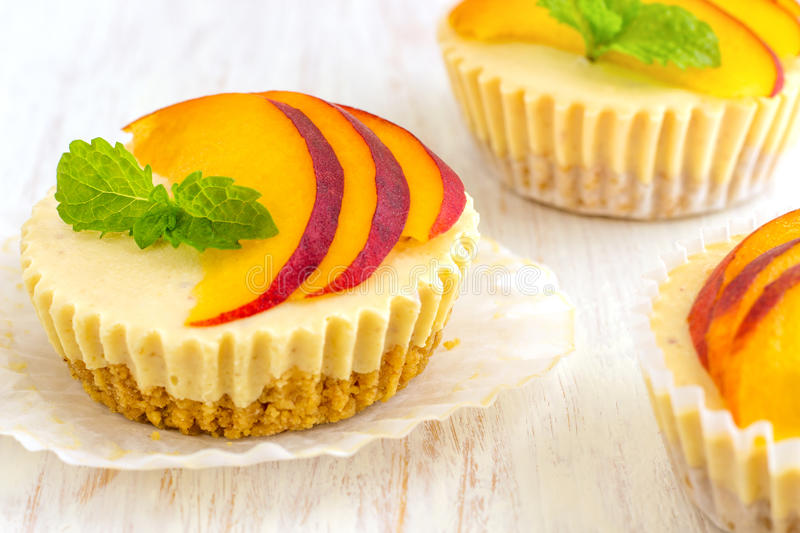 Mini Peach Cheesecake royalty-vrije stock afbeeldingen