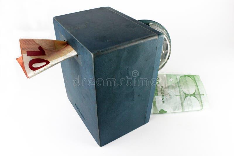 Mini- pengarbank som är säker med pengar bakgrund isolerad white arkivfoto