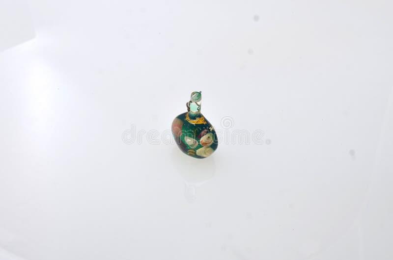 Mini pequeñas botellas claras hechas del vidrio imagen de archivo