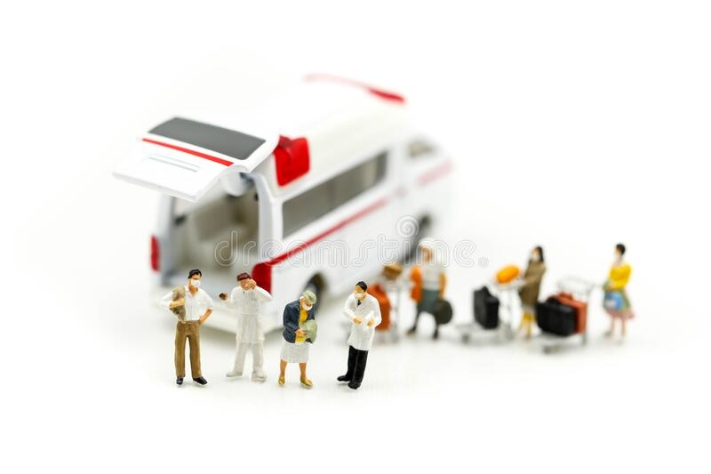 Mini-Personen: Ärzteteam mit Ambulanz, Coronavirus covid 19 infizierter Patientenwartungswarnung stockfotografie