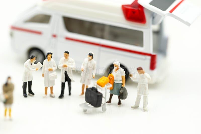 Mini-Personen: Ärzteteam mit Ambulanz, Coronavirus covid 19 infizierter Patientenwartungswarnung lizenzfreie stockbilder