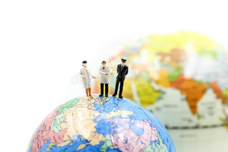 Mini-Personen: Ärzteteam mit der Welt, Wissenschaftler für den biologischen Schutz vor Epidemieausbruch des Coronavirus covid 19 lizenzfreies stockfoto