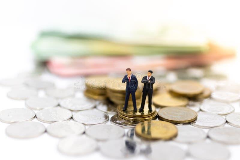 Mini-Personen: Geschäftsleute mit Geld, Der Rhythmus des Marktanteilstreits, die Nutzung des Risikos, Geld, Geschäftskonzept lizenzfreies stockbild