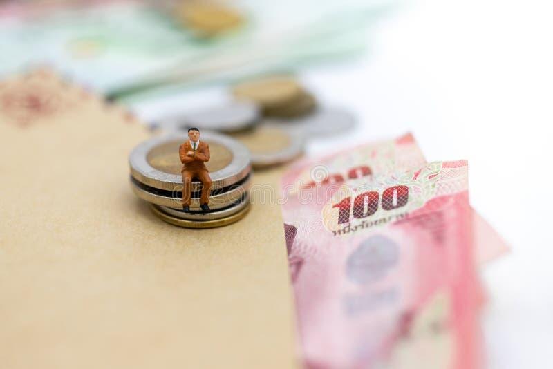 Mini-Personen: Geschäftsmann mit Geld, Der Rhythmus des Marktanteilstreits, die Nutzung des Risikos, Geld, Geschäftskonzept lizenzfreies stockfoto