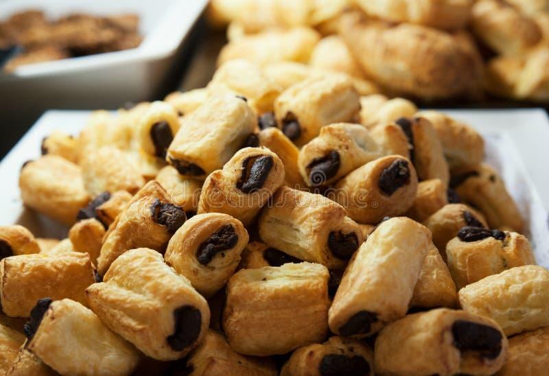 Mini petits pains de chocolat sur un grand plateau au bar de cuisine photo stock