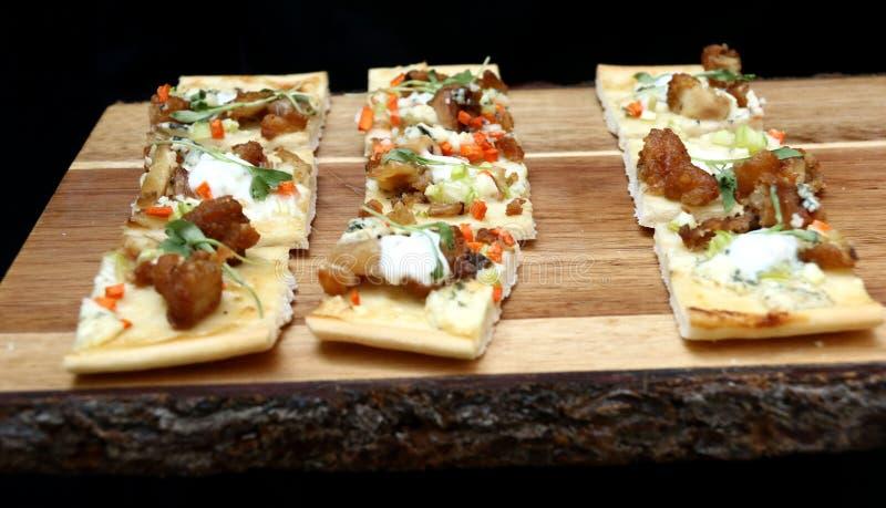 Mini pizz zakąski na drewnianej tnącej desce obraz stock