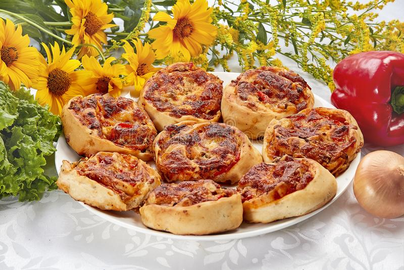 Mini pizza avec le foie de morue image stock