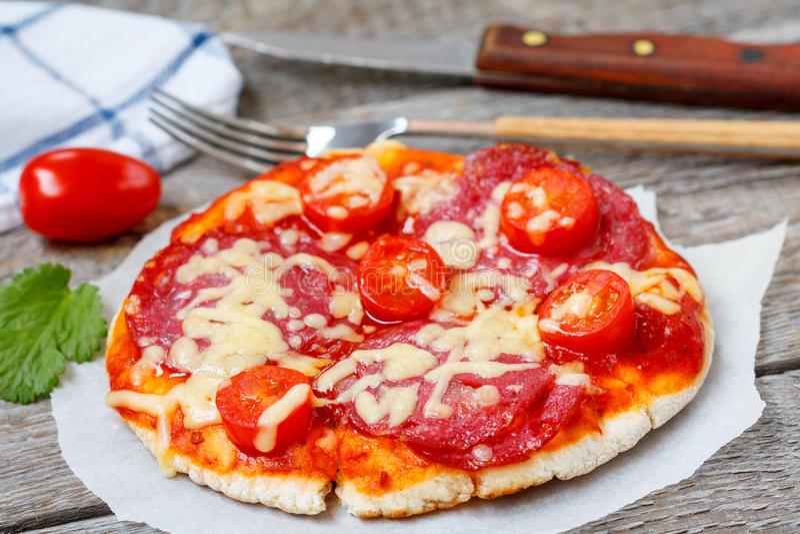 Mini pizza avec le salami photographie stock libre de droits