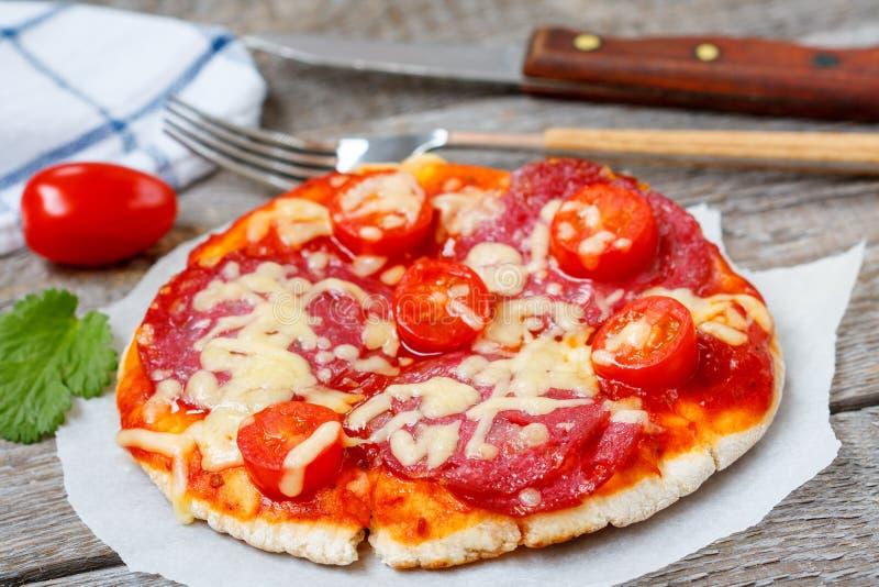 Mini pizza con el salami fotografía de archivo libre de regalías