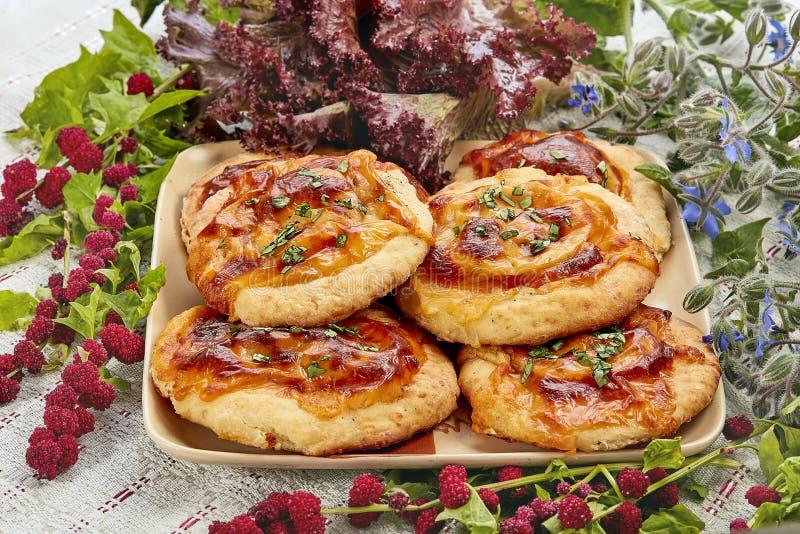 Mini pizza con la mozzarella y los tomates fotos de archivo