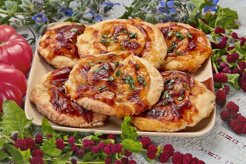 Mini pizza con la mozzarella y los tomates imagenes de archivo