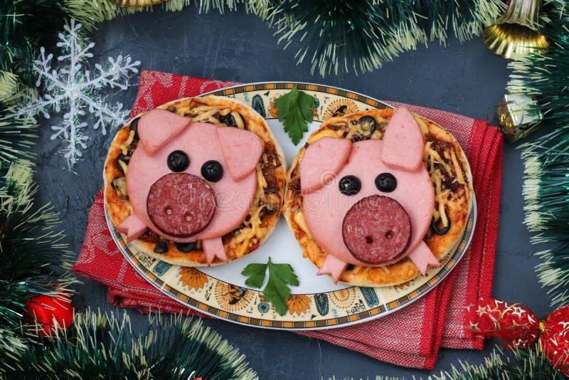 Mini pizza con la salchicha y el queso en la forma del cerdos lindos - un símbolo de 2019 fotografía de archivo libre de regalías