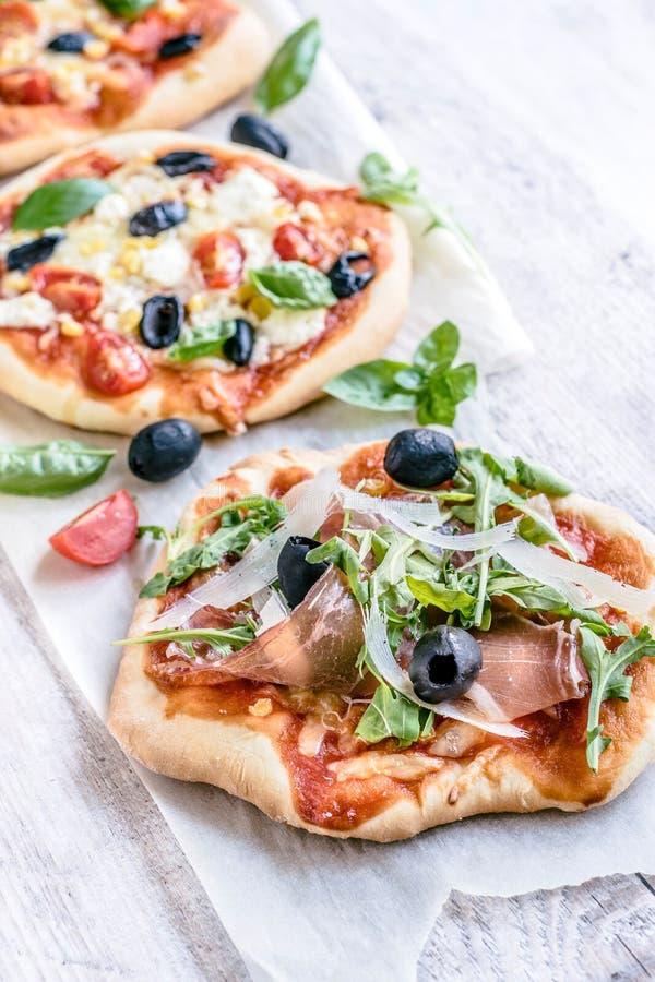 Mini pizza di prosciutto di Parma fotografie stock libere da diritti