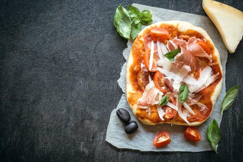Mini pizza di prosciutto di Parma immagini stock libere da diritti