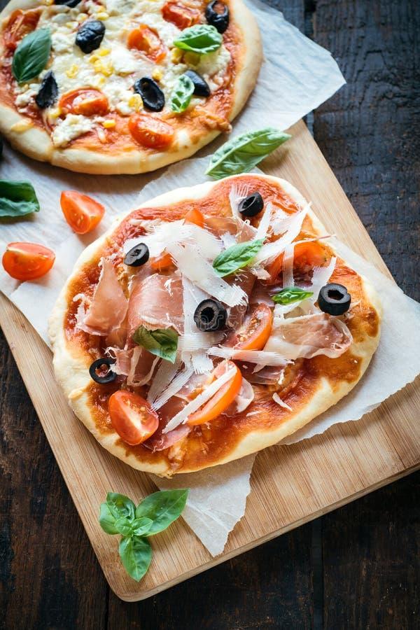 Mini pizza di prosciutto di Parma fotografia stock libera da diritti
