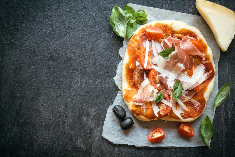 Mini pizza do Prosciutto imagens de stock royalty free