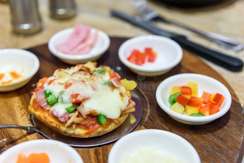 Mini pizza hecha en casa DIY fotografía de archivo libre de regalías