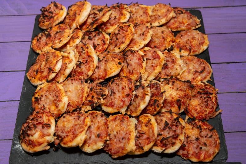 Mini pizza hecha en casa fotografía de archivo