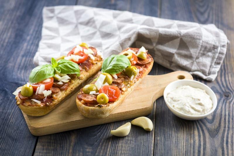 Mini pizza y cazuelas imagen de archivo