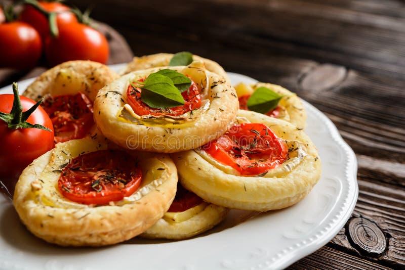 Mini pizzas avec le camembert et la tomate images libres de droits