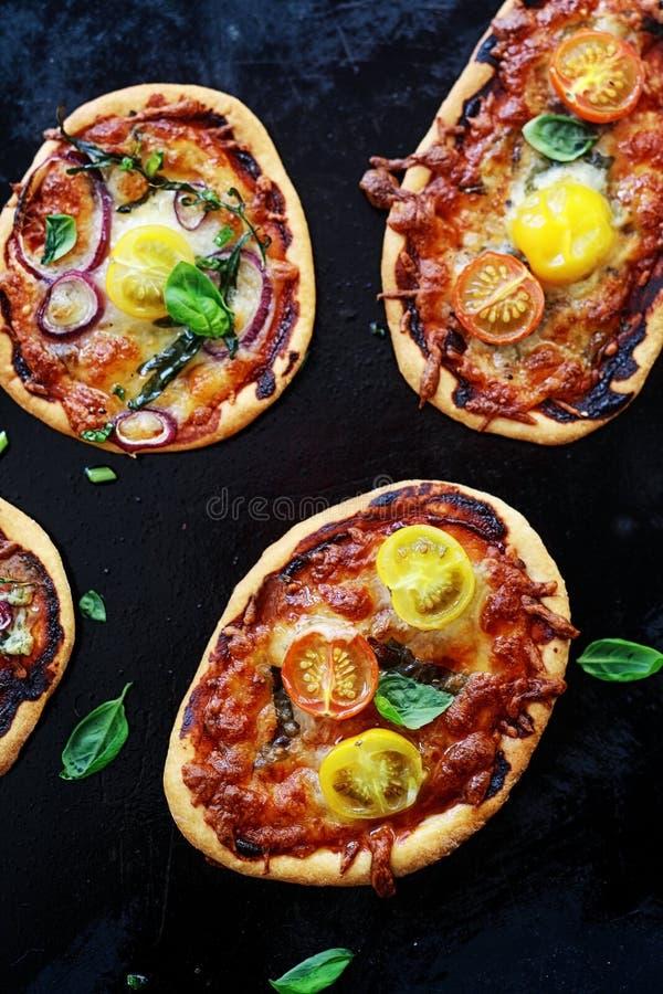 Mini pizzas italianas saborosos imagem de stock