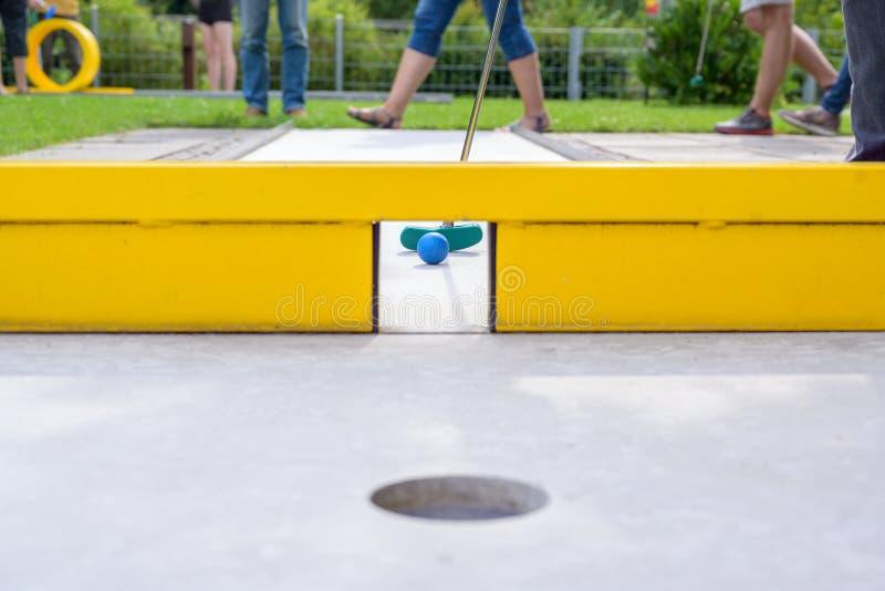 Mini pole golfowe z żółtą przeszkody bramą obrazy royalty free