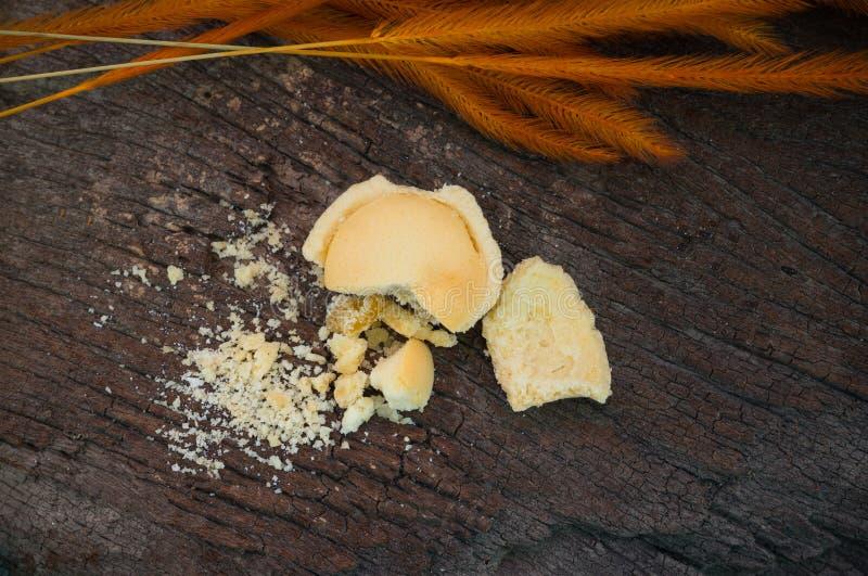 Mini pomme de tarte avec la miette sur le vieux fond en bois, vue supérieure photographie stock libre de droits
