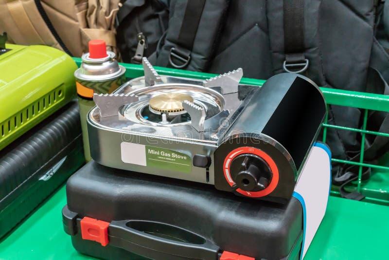 Mini Portable Gas Stove sur la caisse dure noire photos libres de droits