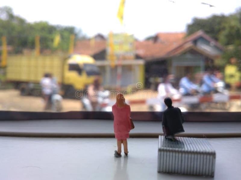 Mini position d'homme d'affaires et de femme d'affaires de figure et faire une petite discussion à la fenêtre de train photos libres de droits