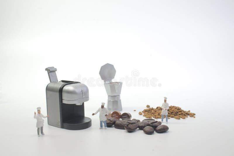 mini postacie pracuje na kawie przy makro- zdjęcia stock