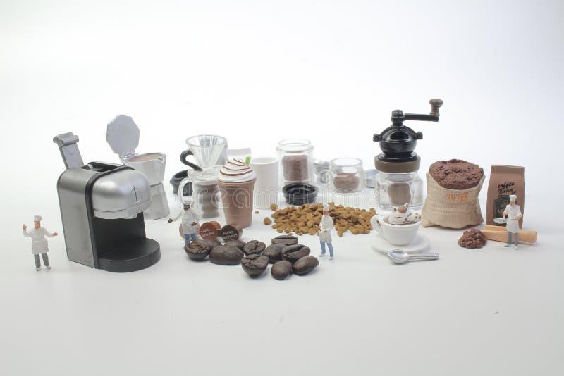 mini postacie pracuje na kawie przy makro- zdjęcie stock