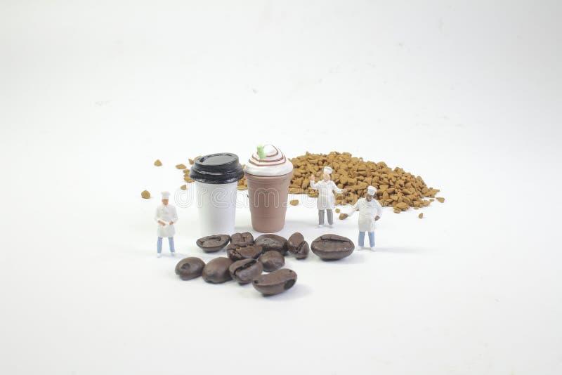 mini postacie pracuje na kawie przy makro- obraz royalty free