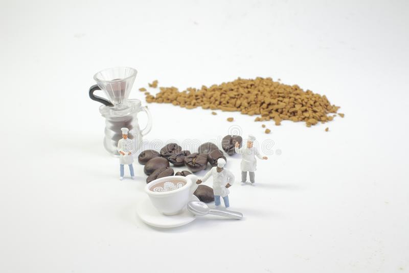 mini postacie pracuje na kawie przy makro- zdjęcia royalty free