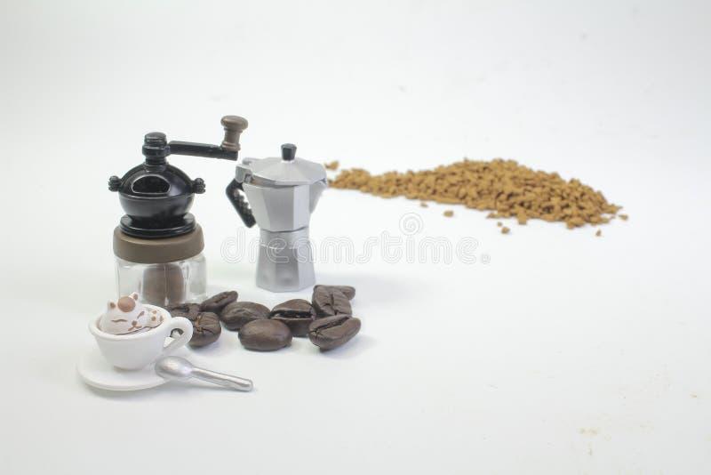 mini postacie pracuje na kawie przy makro- zdjęcie royalty free