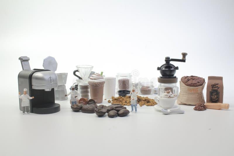 mini postacie pracuje na kawie przy makro- fotografia royalty free