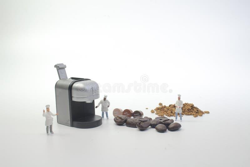 mini postacie pracuje na kawie przy makro- obraz stock