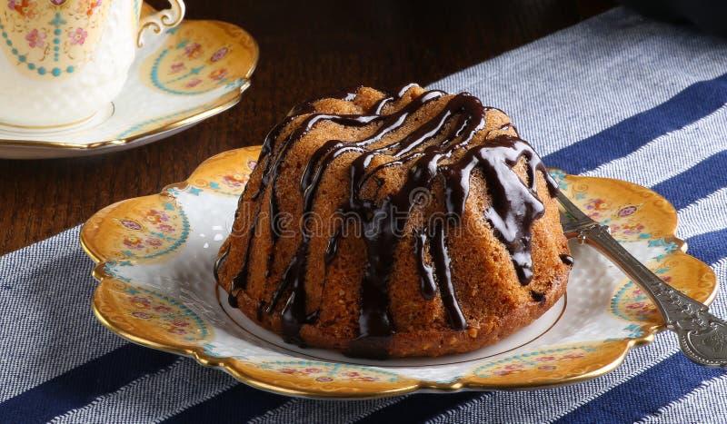 Mini Pound Cake - Haselnuss-Kuchen mit Schokoladen-Nieselregen lizenzfreie stockfotografie