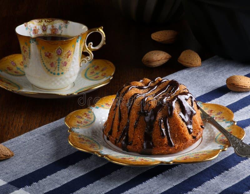 Mini Pound Cake - Haselnuss-Kuchen mit Schokoladen-Nieselregen lizenzfreies stockbild