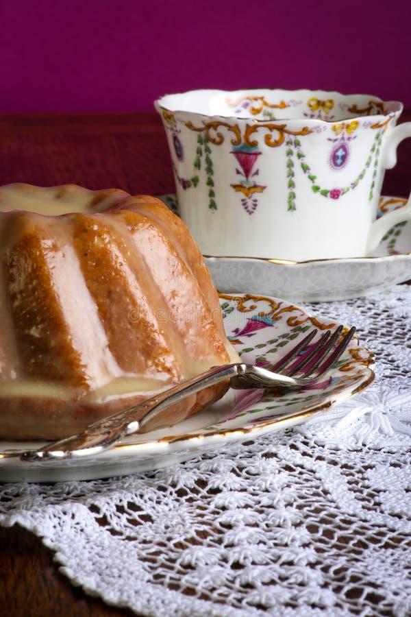 Mini Pound Cake - Mandel-Zitronen-Nieselregen, purpurroter Hintergrund stockbilder