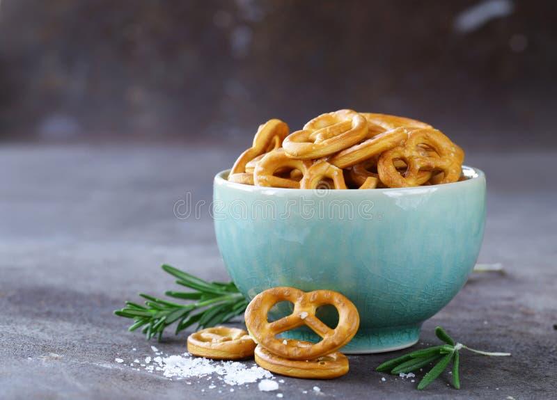 Mini pretzeles de los bocados salados con la sal foto de archivo