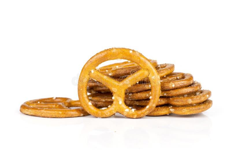 Mini pretzeles salados aislados en blanco fotografía de archivo