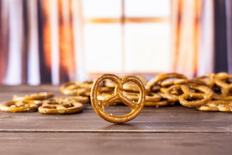 Mini pretzeles salados con las cortinas imagenes de archivo