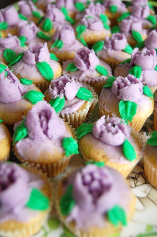 Mini Purple Floral Icing Cupcakes stockbild