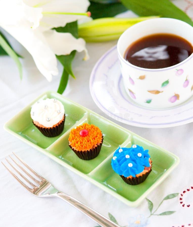 Mini queques com geada do açúcar fotos de stock royalty free