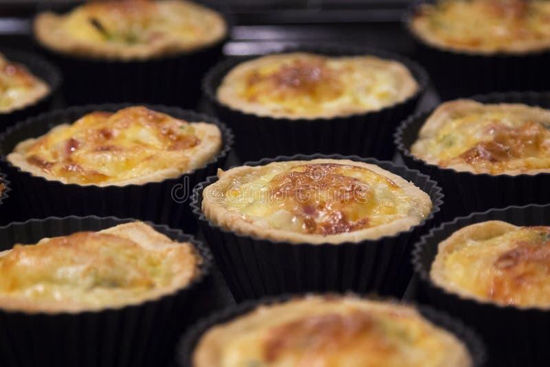 Mini quiche Lorena - torta francesa tradicional com presunto, alho-porros, b imagem de stock royalty free