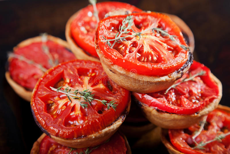 Mini quiches z serem i pomidorem zdjęcie stock